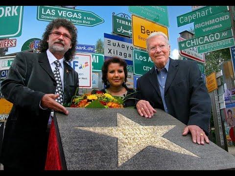 STARS STAR STERN Verleihung an Karlheinz Böhm auf dem Boulevard der Humanität im Fernweh Park Signs