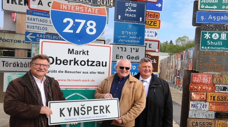 Drei Bürgermeister zelebrieren Schildergruß