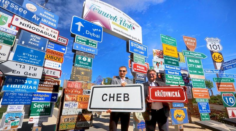 CHEB / Eger (Tschechien) grüßt mit Ortstafel und Straßenschild