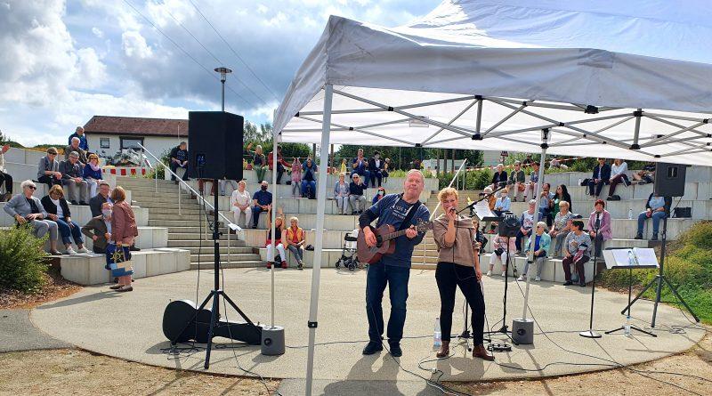 Musikfrühschoppen Open Air mit dem Gesangsduo SUNBOW im Amphitheater des Fernweh-Parks
